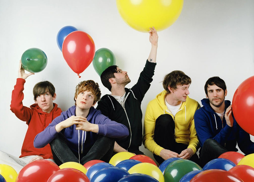 """otra banda gay singles El objetivo del álbum estaba claro, y no era precisamente """"el álbum"""" maroon 5 son más una banda de singles, y para ello vuelven a contar con la multiproducción como otra."""